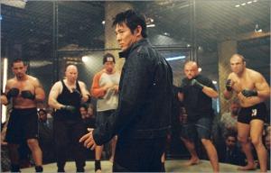 La realtà non è come i film d'azione. In questa immagine l'attore Jet Li prima di un combattimento contro un gruppo.
